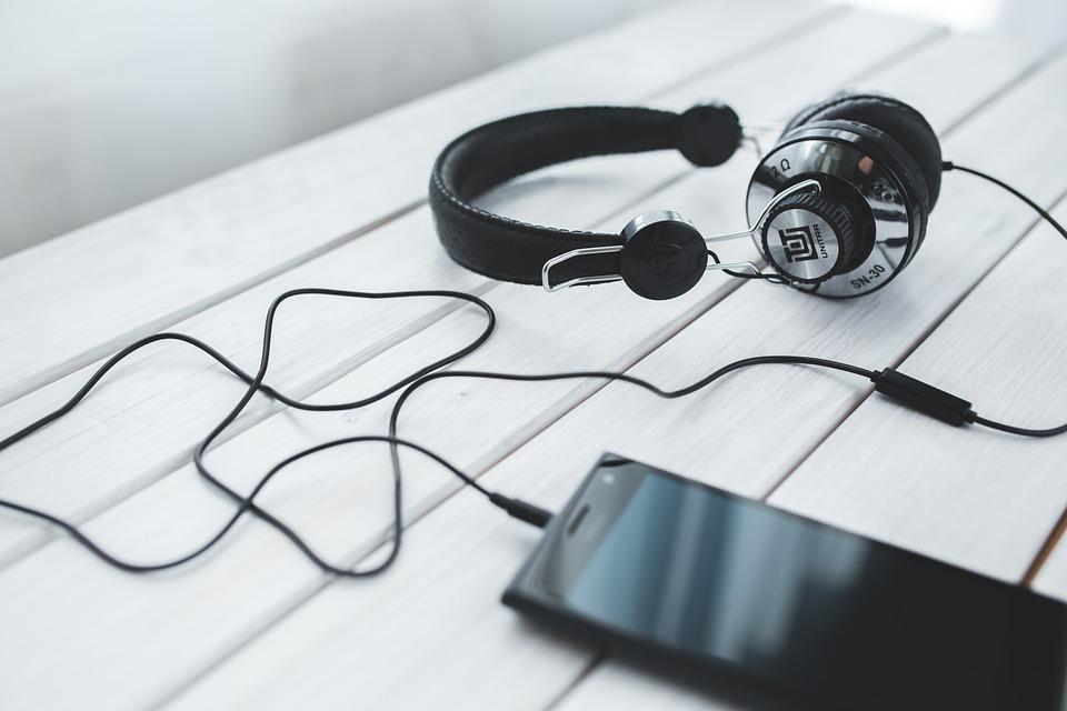 headphones-791077_960_720